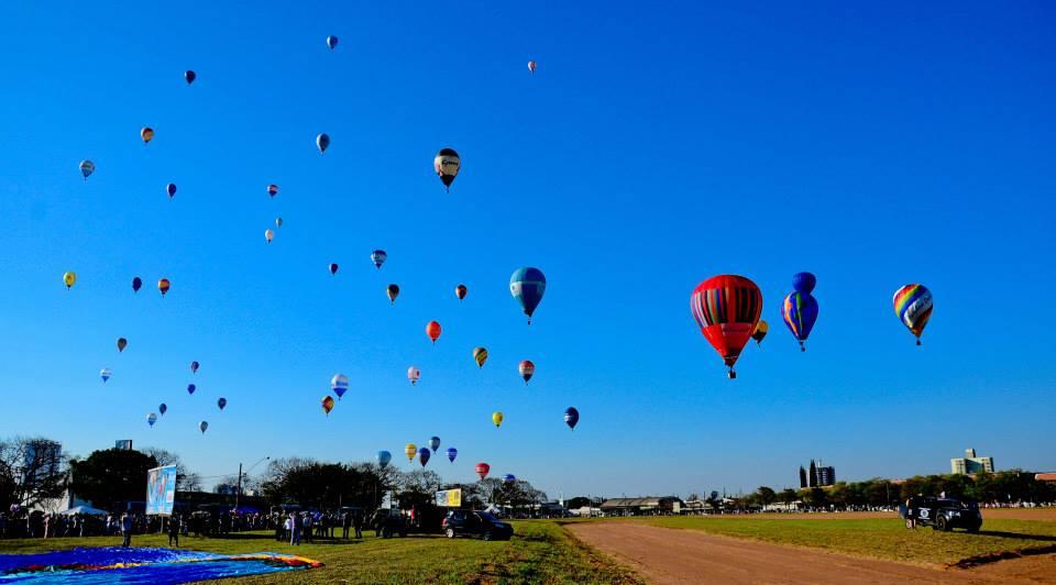 Balões voando no Campeonato Mundial de Balonismo em Rio Claro