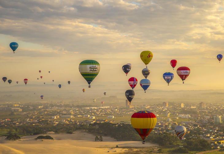 Balé dos balões no céu de Torres. Foto: Harleyson Almeida